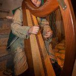 Un suonatore d'arpa nel contesto del Presepe Vivente
