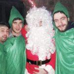 Il babbo Natale abbracciato ai folletti