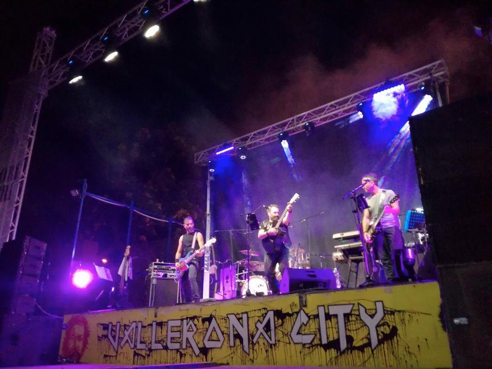 Una band che si esibisce durante la festa
