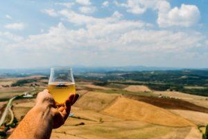 Una birra sul panorama della Val d'Orcia