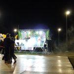 Sul palcoscenico si esibisce una band mentre gli spettatori ballano