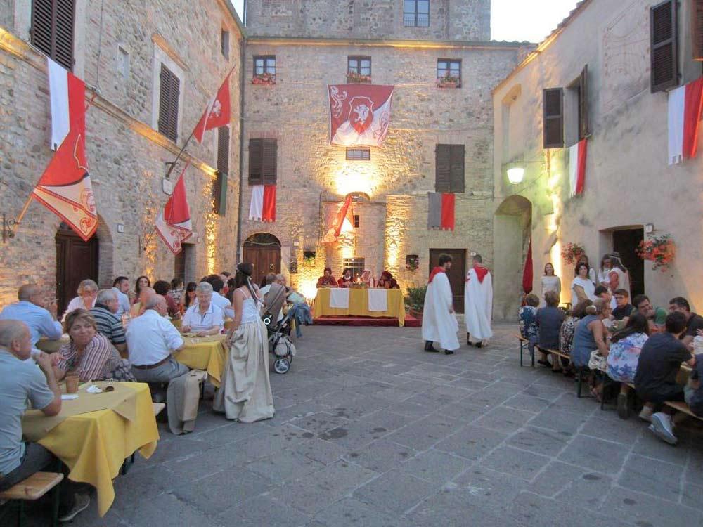 Banchetto medievale allestito durante al Festa
