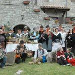 Gruppo in costume folkloristico durante il gioco della ruzzola