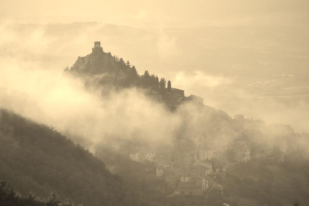 Campiglia d'Orcia abbracciato dalla nebbia