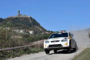 Un passaggio di una macchina rally, sullo sfondo radicofani