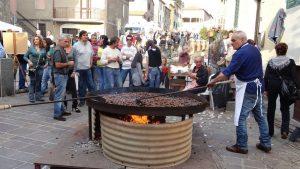 Una grande padellona per cuocere le caldarroste è stata posizionata in piazza