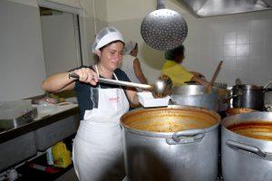La cuoca sta preparando un piatto di scottiglia