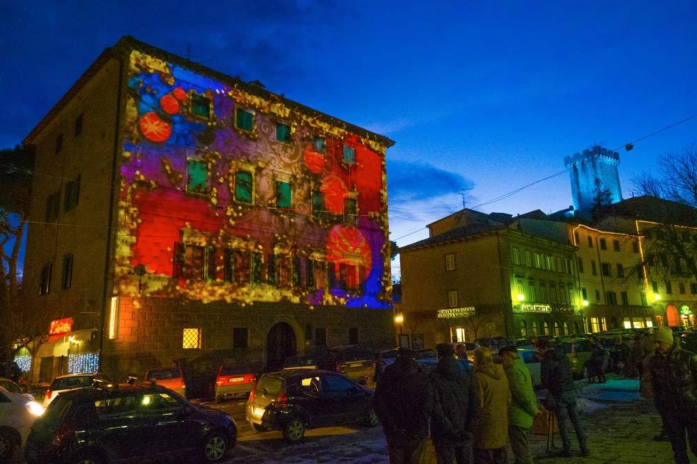 i colorati mapping dipingono ad Arcidosso un'atmosfera natalizia surreale
