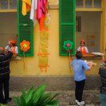 Un allestimento floreale caratterizza il borgo di Petricci durante la festa
