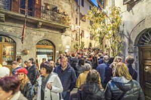 Borgo di Piancastagnaio affollato