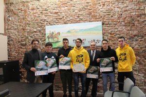 foto con il sindaco di Santa Fiora insieme ai ragazzi premiati