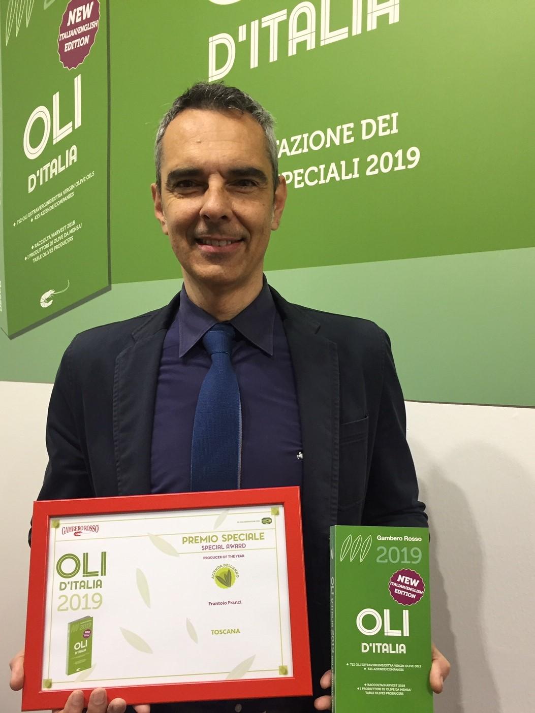 Giorgio Franci, proprietario dell'azienda con il premio in mano