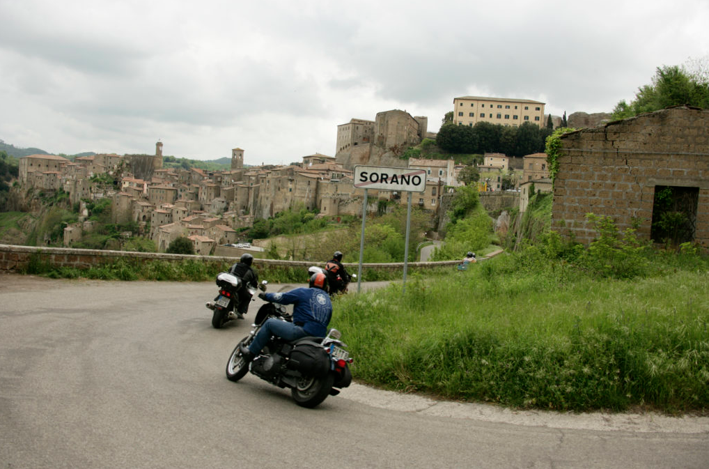 motociclisti prima di fare una curva