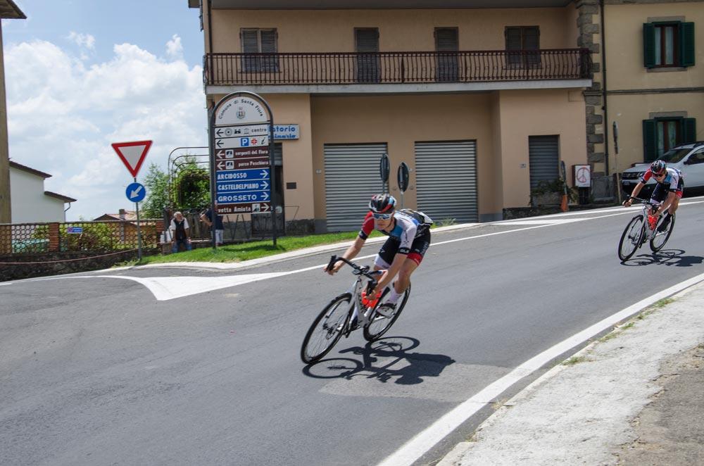 due ciclisti che scendono