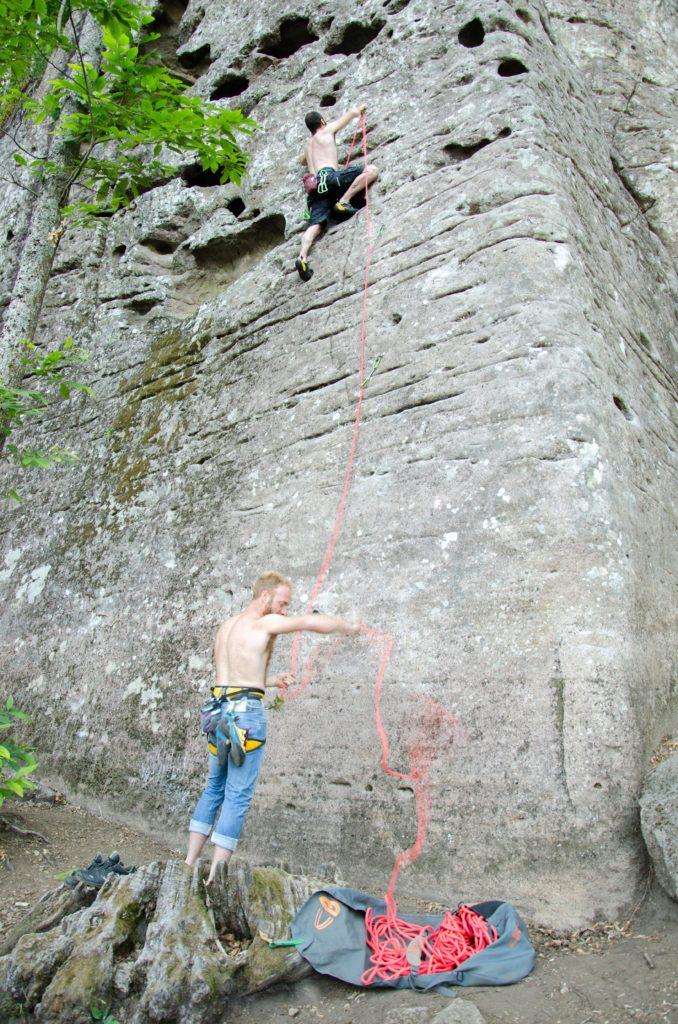 Un boulder in attesa di scalare