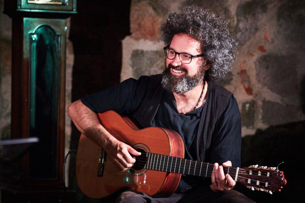 Simone Cristicchi che suona la chitarra