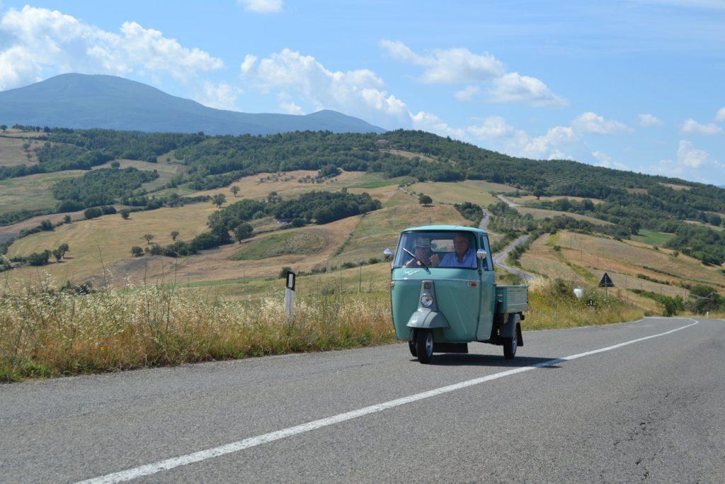 Mezzo vintage sulla strada che collega Vivo d'Orcia da Castiglione d'Orcia