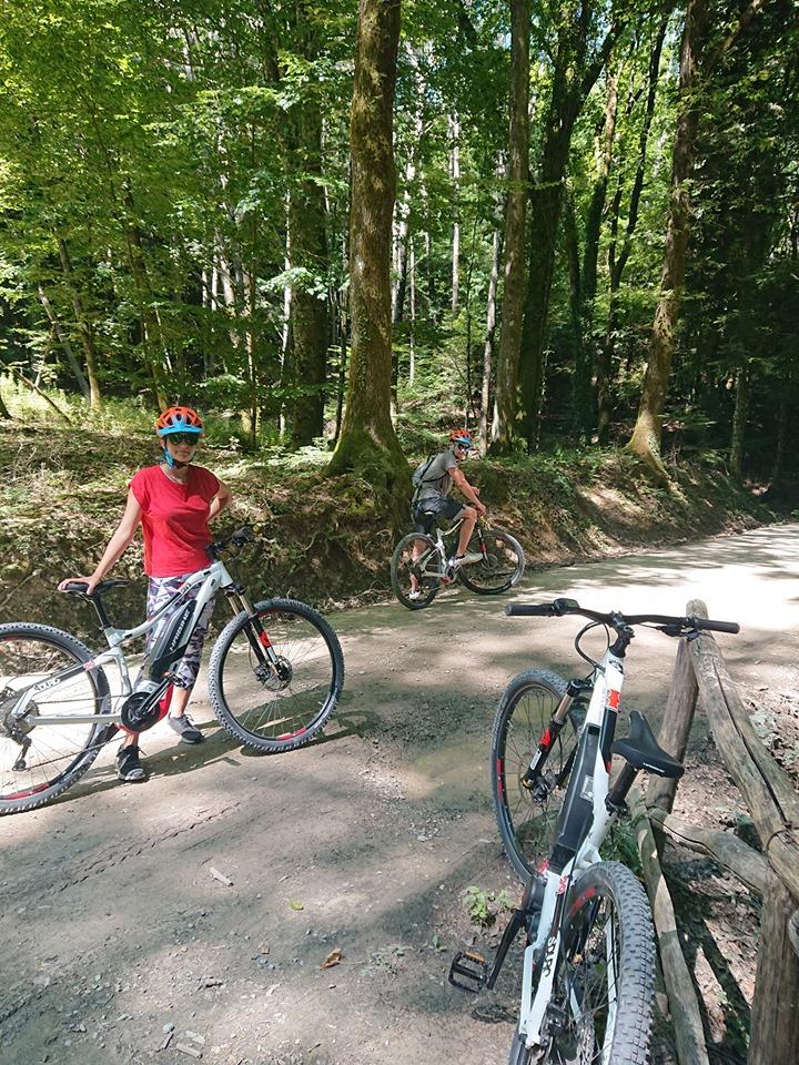 Ciclisti in ebike lungo i sentieri del Monte Penna