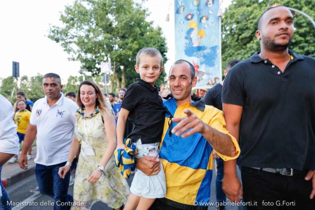 Il Fantino Pusceddu dopo la vittoria con il Borgo a Piancastagnaio e in braccio un bambino