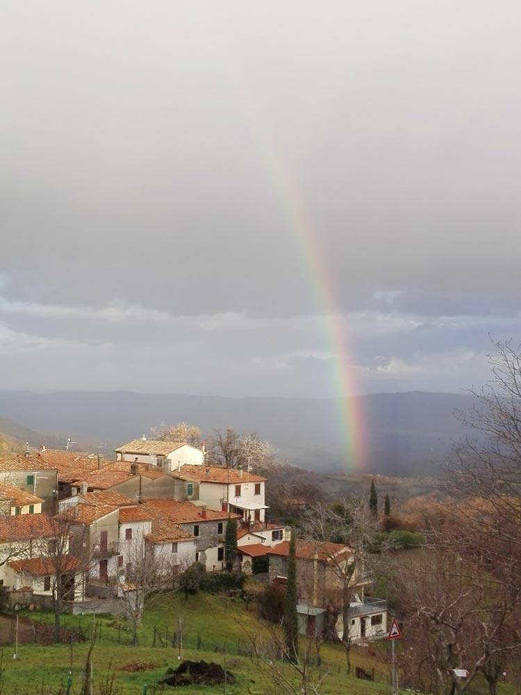 L'arcobaleno che nasce vicino il borgo di Salaiola