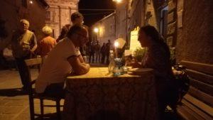 Due persone a tavola, a lume di candela