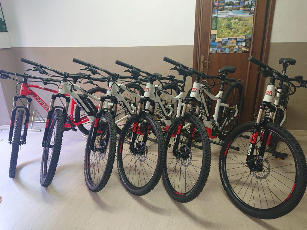 6 biciclette parcheggiate pronte per essere noleggiate