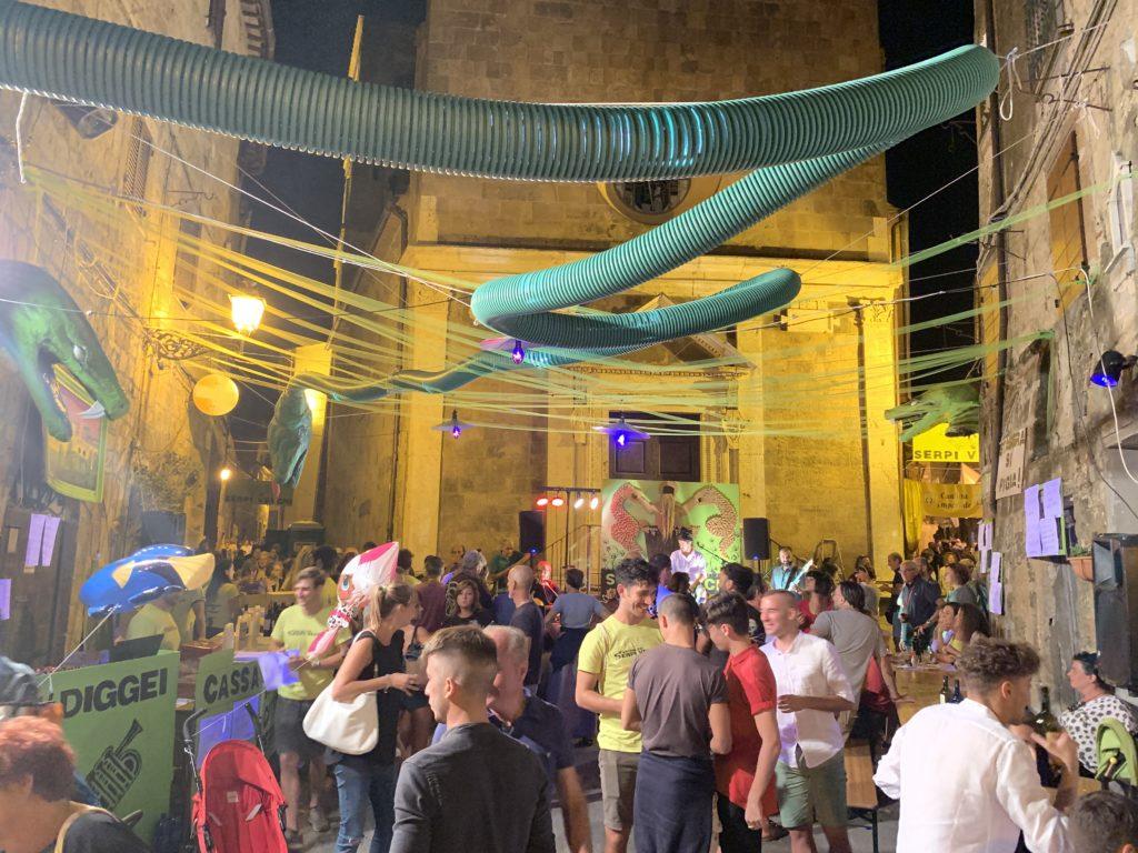Cantina nel cuore di Pitigliano con turisti e visitatori