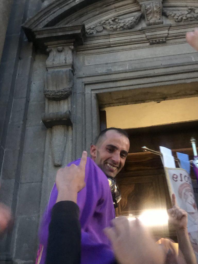 Carlo Sanna, fantino vittorioso preso sulle spalle dai contradaioli