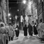 Processione a Radicofani con gli scalzi che guidano gli altri uomini e donne in processione